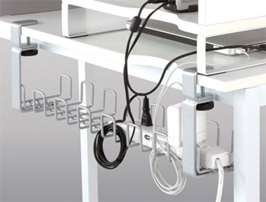 パソコンデスク周りの電源ケーブルをスッキリと整理できる便利グッズ