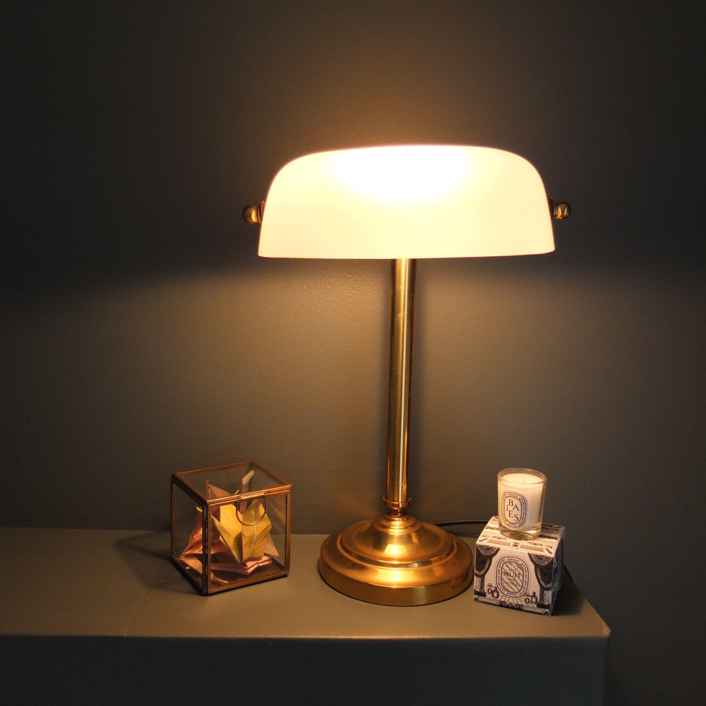Lampe de bureau en opaline blanche dite lampe de banquier ou de