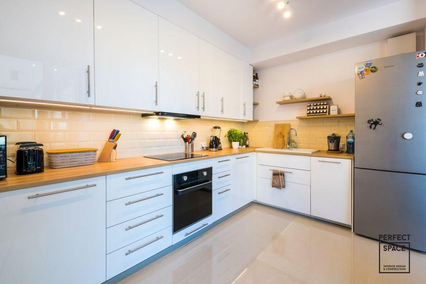 Biala Kuchnia Z Drewnianym Blatem Ladna Podloga I Wykonczenie Sciany Kitchen Room Design Kitchen Decor Modern Kitchen Furniture Design