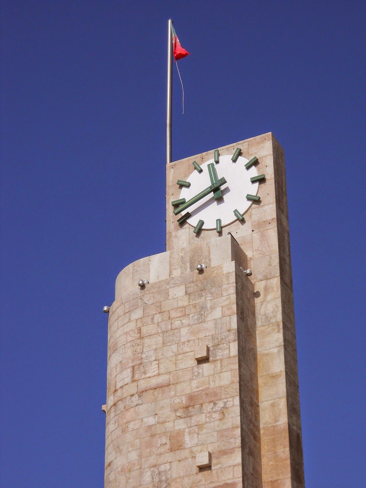 O Palhetas na Foz: Torre do relógio com bandeira a desfiar-se e solta...