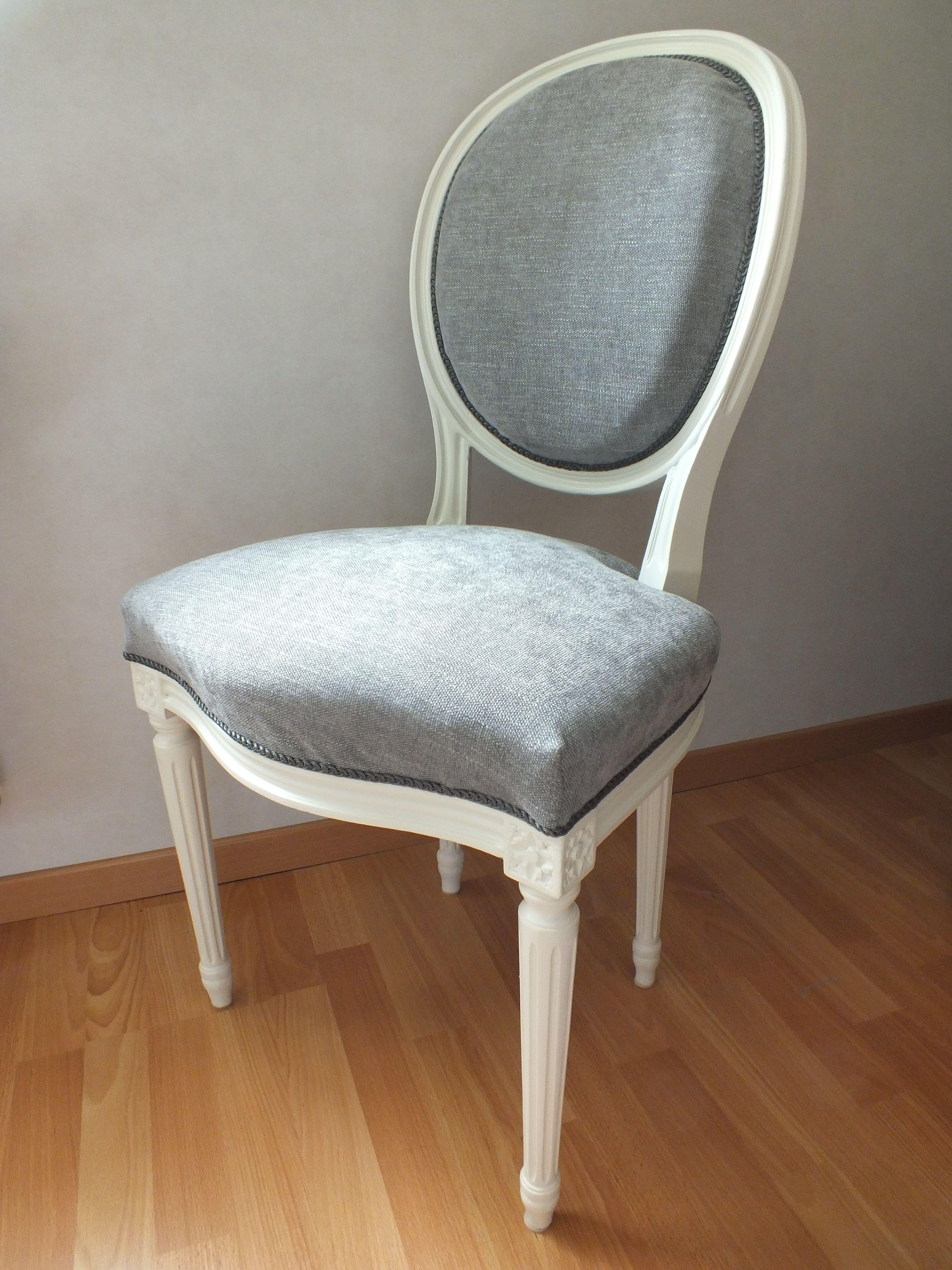 chaise m daillon louis xv patin e en blanc cass et recouverte d 39 un tissu chin gris. Black Bedroom Furniture Sets. Home Design Ideas