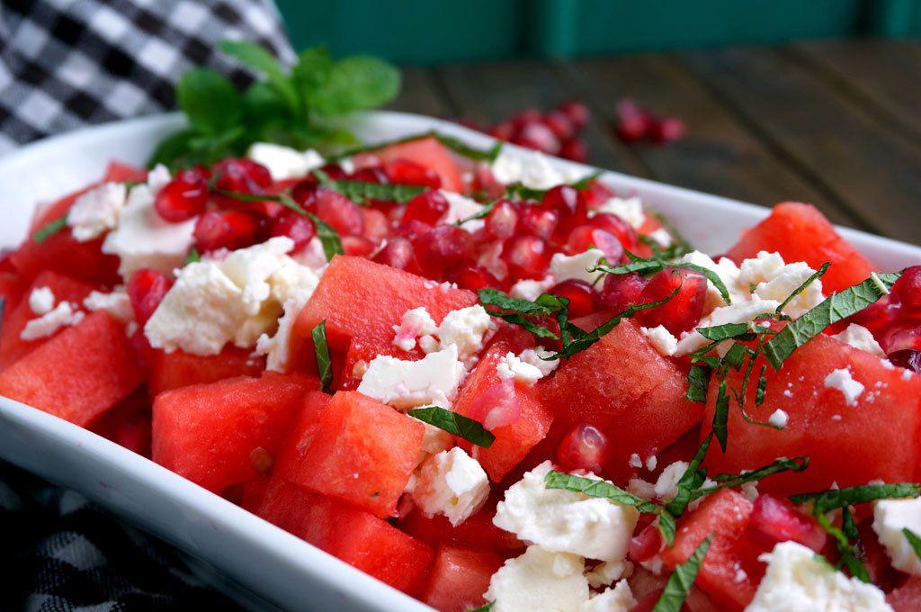 Granaattiomenan siemenet antavat salaatille kivan säväyksen. Sen lisäksi, että ne ovat hyviä, ovat ne myös superterveellisiä.