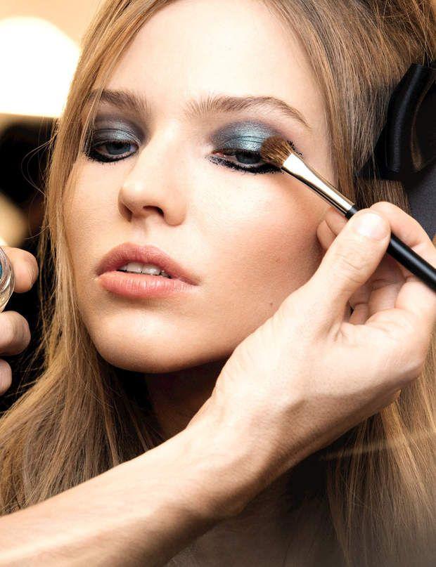 Un maquillage vert lumineux Le bon geste : recouvrez votre smoky eyes noir d'une ombre crème verte métallique. Pour un rendu plus festif, appliquez des paillettes noires en ras de cils inférieurs et aux coins externes des yeux.