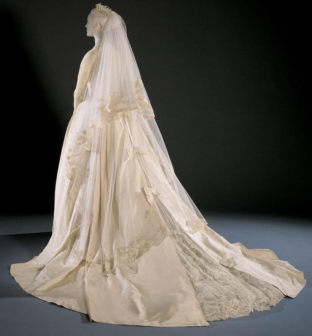 Wedding dress worn by Grace Kelly, designed by Helen Rose ...