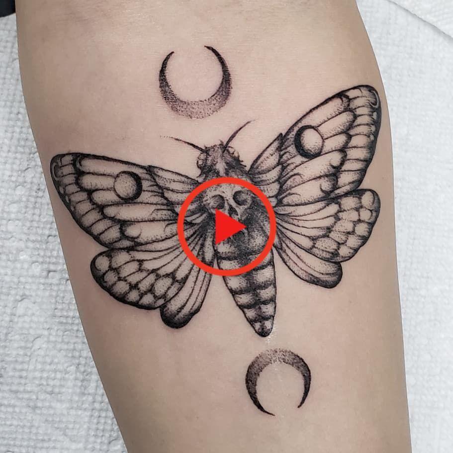101 Erstaunliche Motten Tattoo Designs Die Sie Sehen Mussen In 2020 Moth Tattoo Tattoos Animal Tattoo