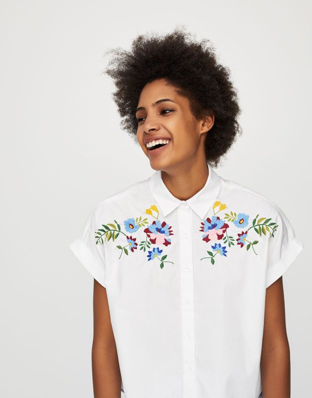 ff2179ee15501 Pull Bear - mujer - ropa - blusas y camisas - camisa manga corta bordado  flores - blanco - 09472328-V2017