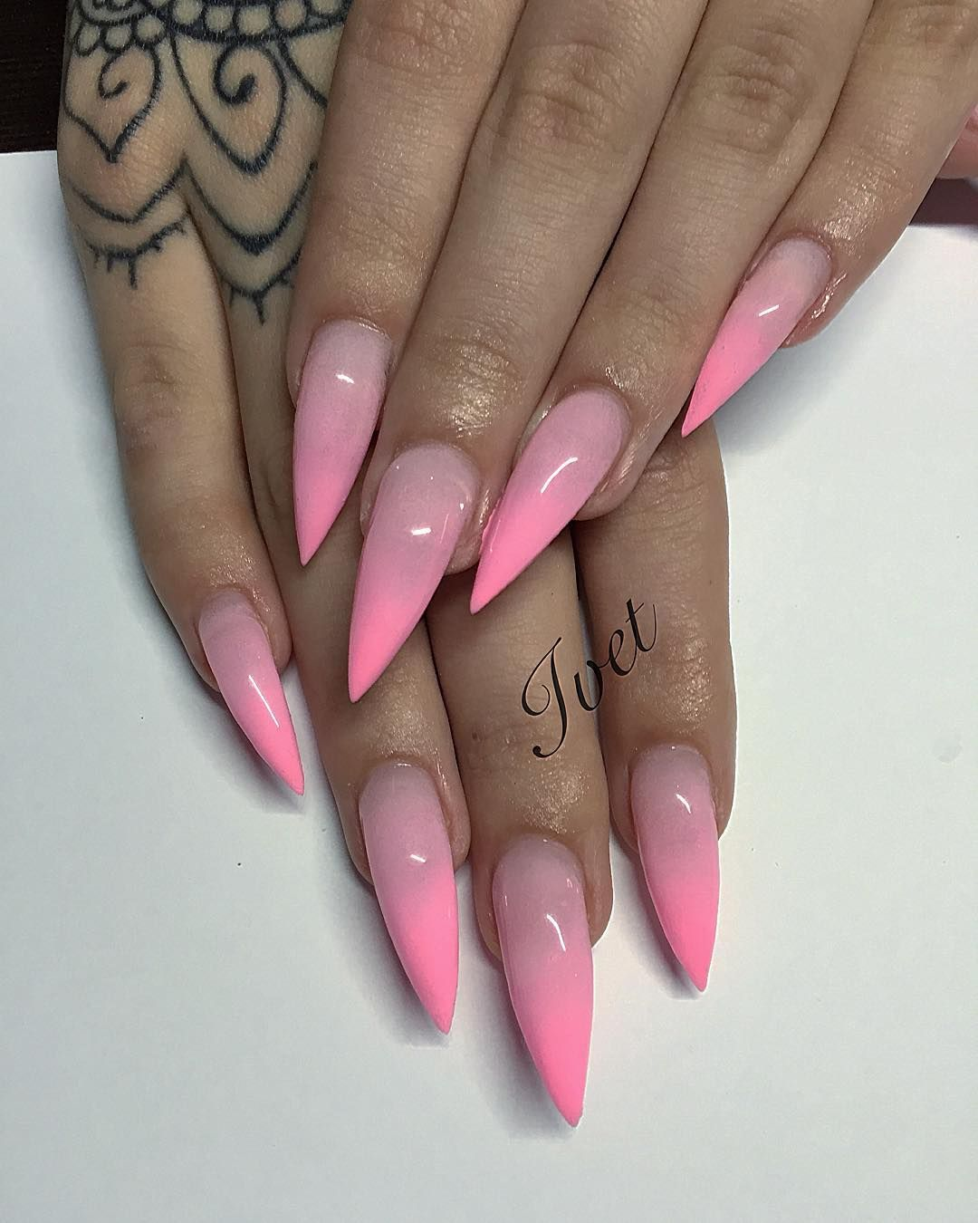 #acrylnails #sneakerpolitics #swarovskinails #silver #sommernails #nail #nailart #nsilsart #nailspa #nailsperm #nailsporn #nailspaint #nailspolish #nailsprodigy #nailspromagazine #hudabeauty #huda #hudalashes #huda_beauty #Riri #badgalriri #badgirl #rihanna #pink #pinknails #pinkbubbles #plushtiere #pumafenty #tattoohand #handtattoos