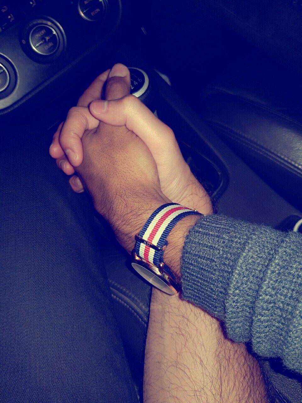 Картинка как держаться за руки в машине