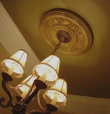 Exhaust fan hidden by ceiling medallion.. clever.. found @greatpaintforgreathomes