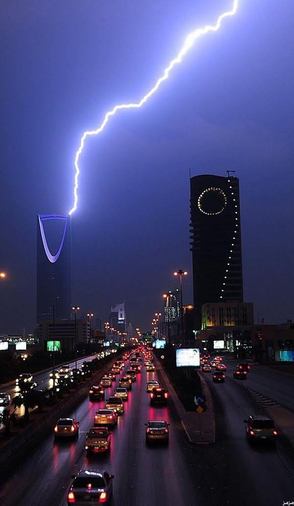 البرق يضرب برج الفيصلية والمملكة بالرياض هبت رياح واعاصير قوية بالمملكة العربية السعودية مساء امس 16 11 2013 City View Night City Sky Saudi Arabia Culture