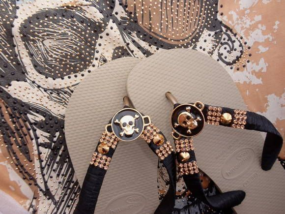 Chinelo Havaiana Bege, Bordado com fita de cetim preta, medalha de Caveira preta e dourada, Spikes junto Strass. R$ 65,00