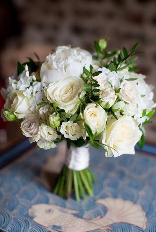 Сватбен букет белые розы
