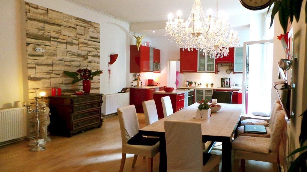 Große Wohnküche in rot-weiß mit Kronleuchtern in Berliner WG - esszimmer berlin