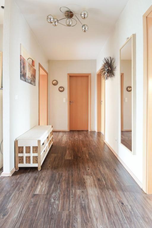 Geräumiger Flur mit schönen Holzdielen Wohnen in Hamburg - gemutliches zuhause dielenboden