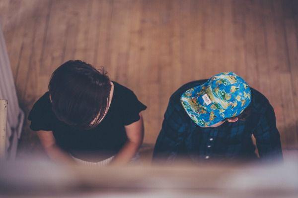 Foto de dos niños conversando