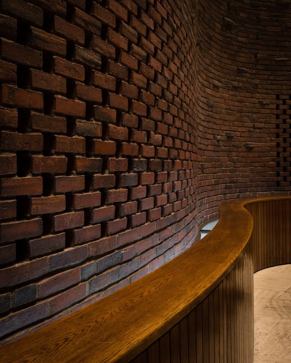Curved Brick Surfaces Are Hidden Behind The Windowless Exterior Of This Chapel By Modernist Architec Eero Saarinen Architecture Brick Cafe Modernist Architects