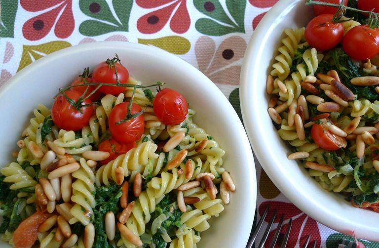 Zum Tag Der Italienischen Kuche Pasta In Grun Weiss Rot Italienische Kuche Portionen Lebensmittel Essen