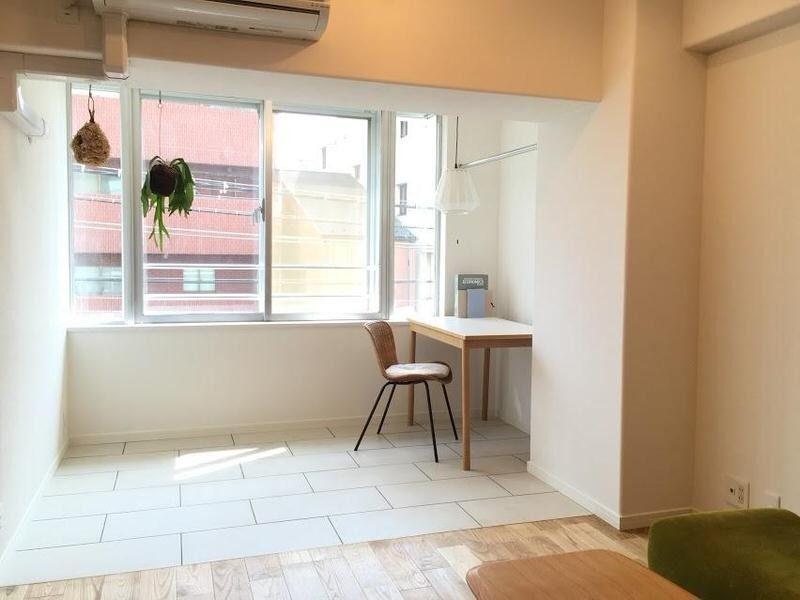 タイル床のサンルームなんていかがです こんな風に机と椅子を置くのもすてきだ まわりは 賃貸 インテリア 自宅で モダンインテリアデザイン