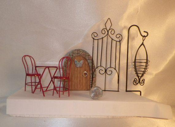 Miniaturas de jardín rojo mesa y sillas, puerta mariposa, enrejado y suspensión de la planta para jardín de hadas o muñeca casa de diversión