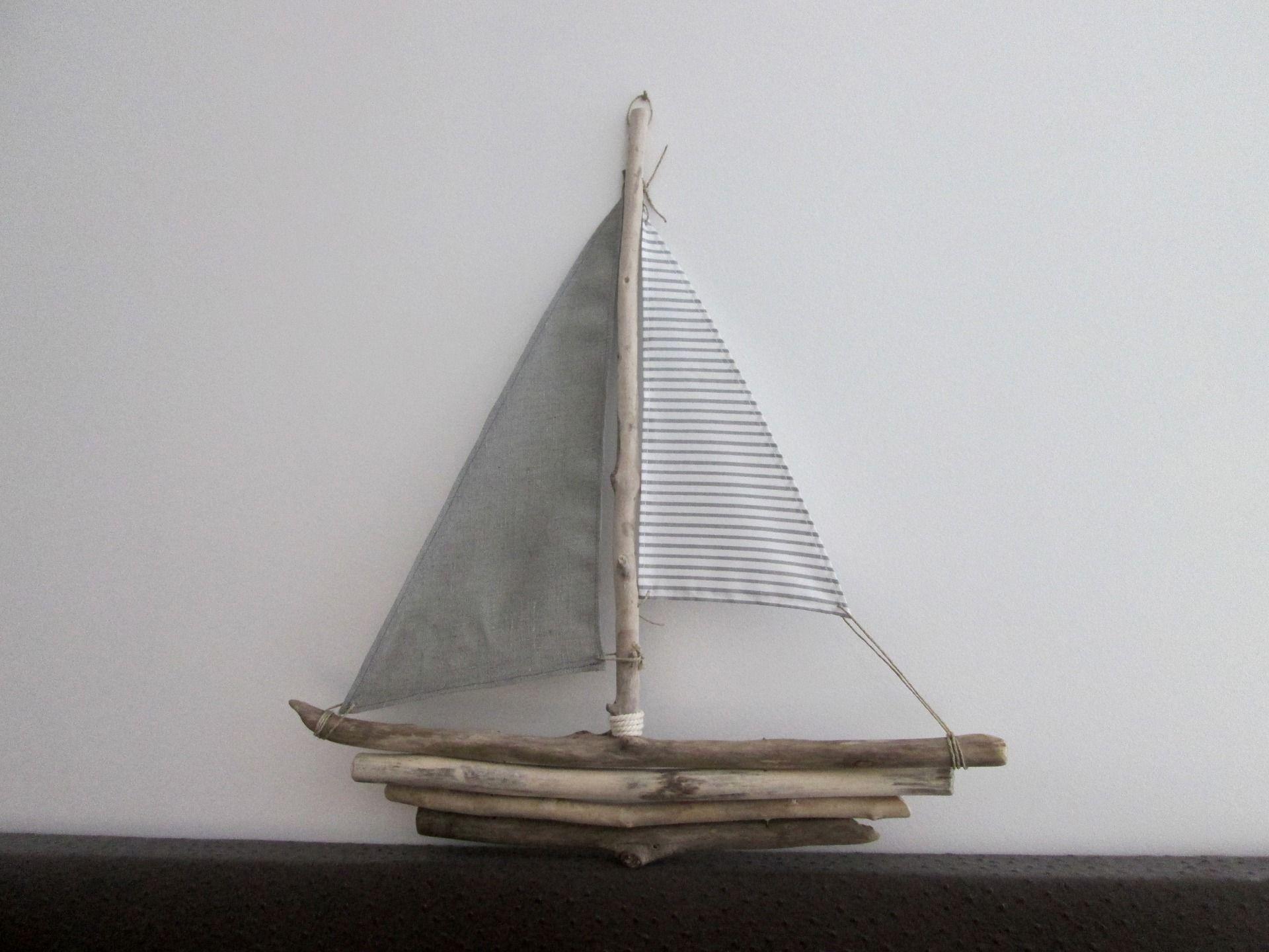 bateau bois flott avec voiles dans les tons de gris et blanc d corations murales par maskott. Black Bedroom Furniture Sets. Home Design Ideas