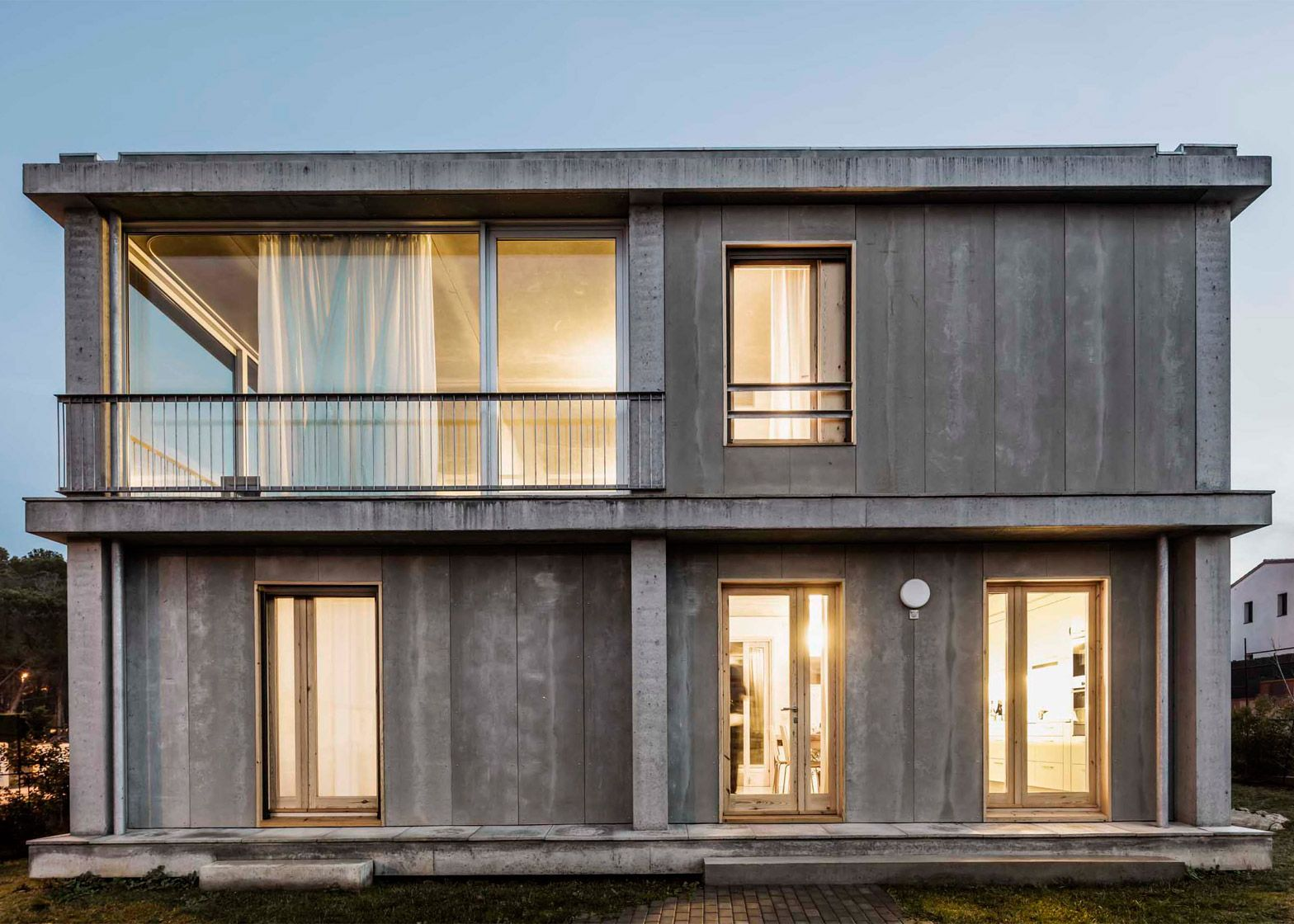 Casa 1217 by H Arquitectes features rooms that can be indoors or outdoors.