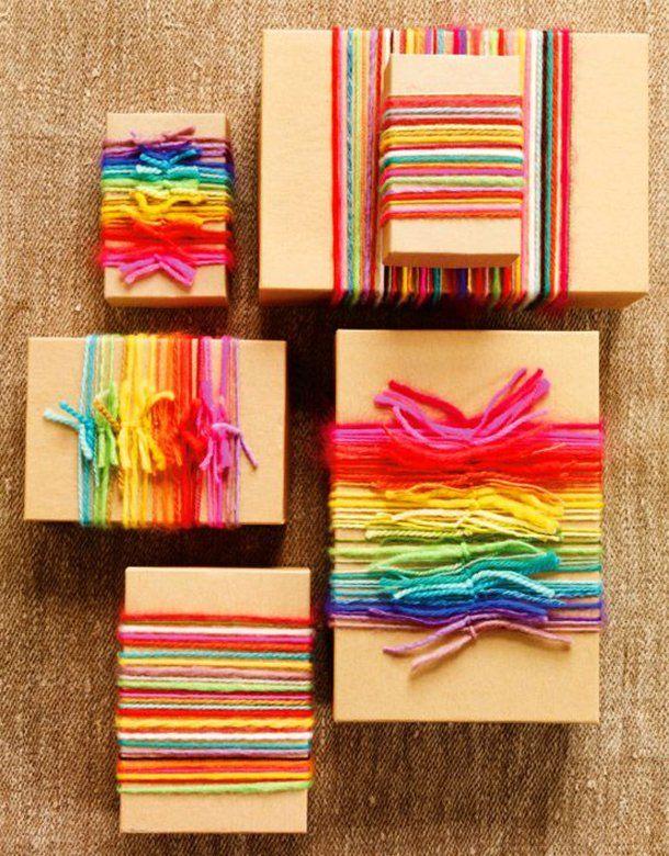 Poklon upakovan raznobojnim končićima od vunice
