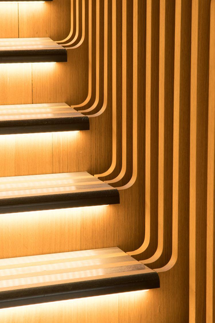 holztreppe innen holzstruktur design stufen indirekte beleuchtung ...