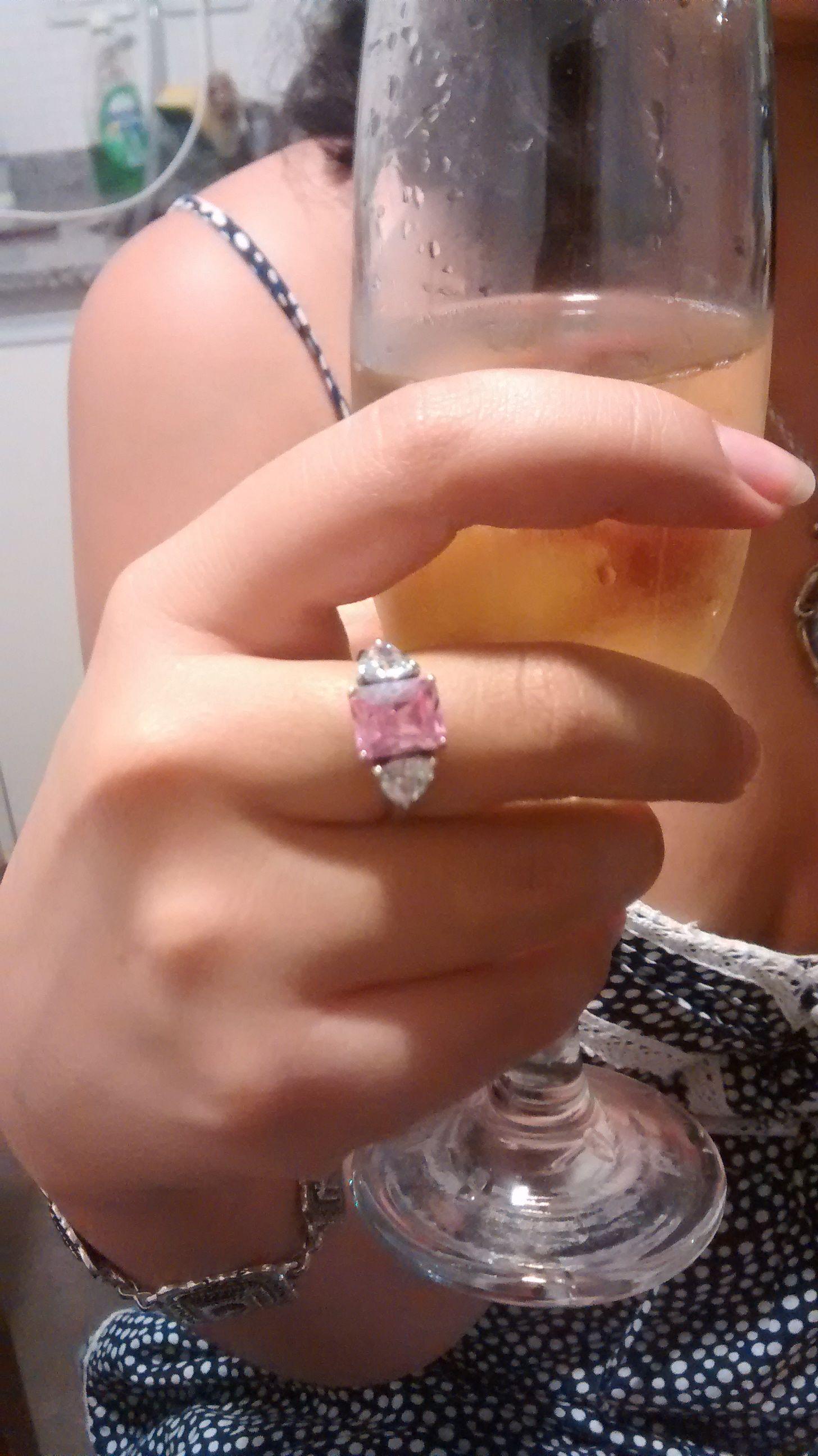 La foto de mi anillo de compromiso, durante el brindis con mi novio ...