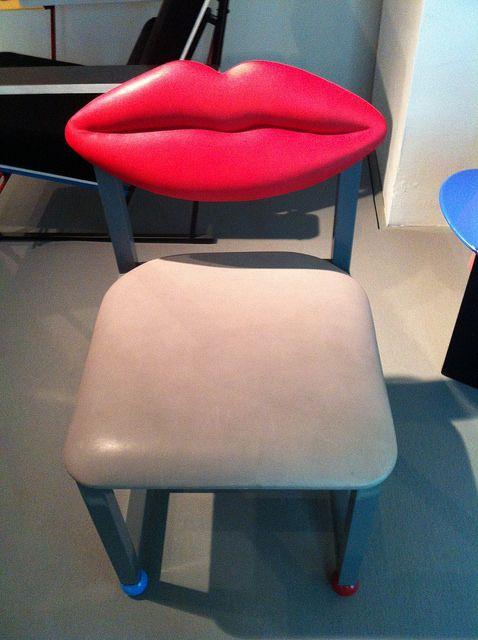 """Rita Taskinen """"Kiss"""" 1982, tuolia on kuvattu """"hyökkäyksenä modernismin universaalia muotoilua kohtaan"""""""