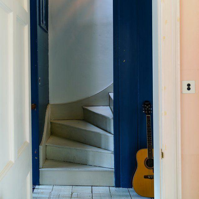 Le livre du mois  « Ambiances Couleur » de Farrow\Ball Mudroom - entree de maison avec escalier