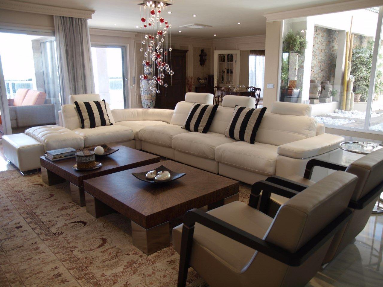 Elegante sal n de dise o minimalista moderno en tonos blanco negro y madera combinaci n de - Salon minimalista moderno ...