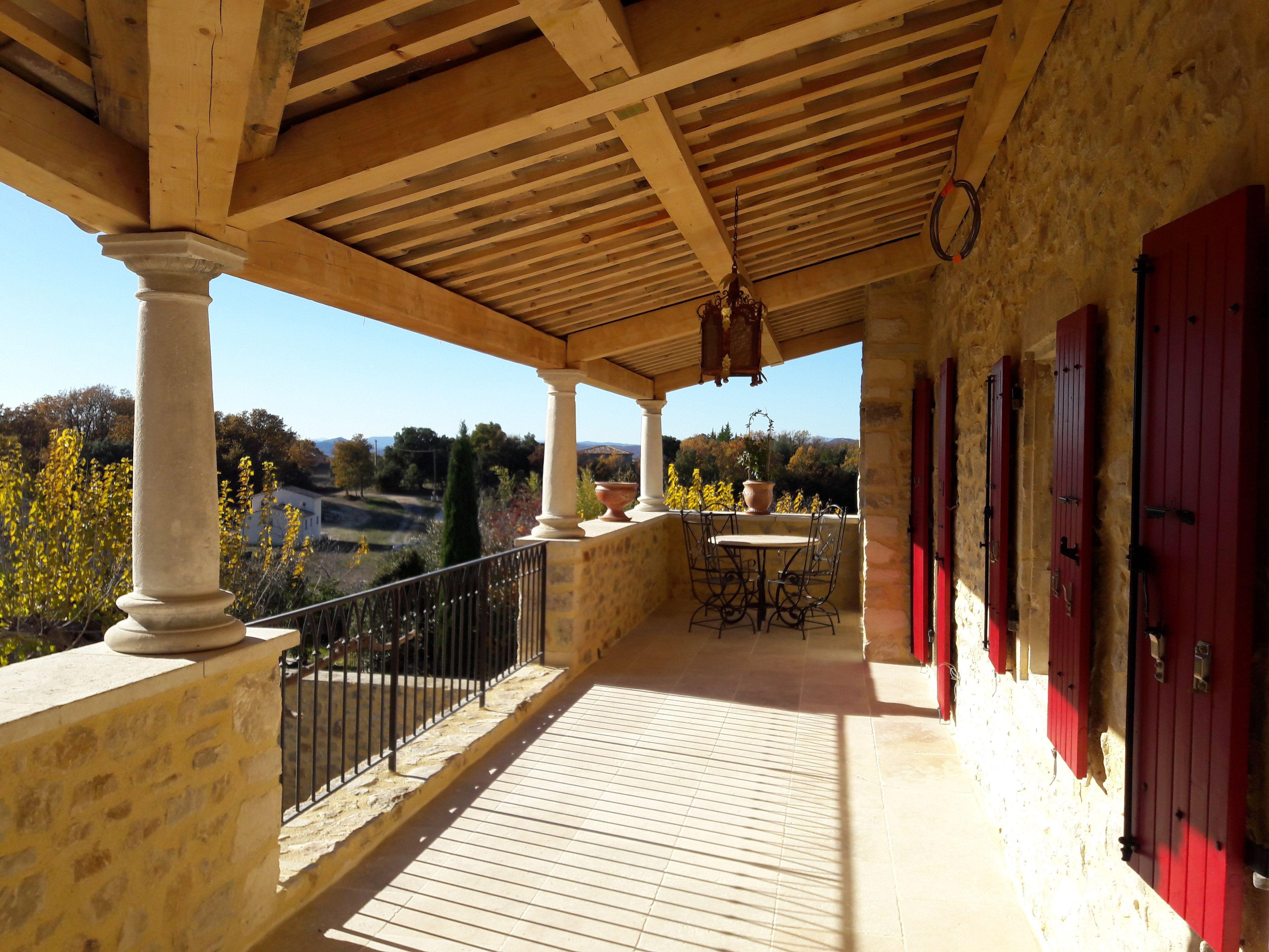 Ici, 3 colonnes toscanes en pierre de Provence pour ...