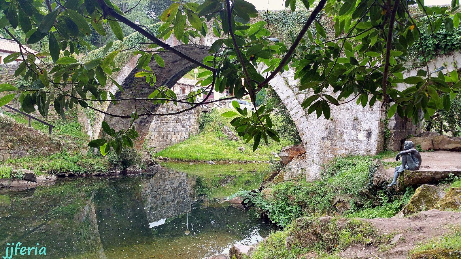 El hombre pez de Liérganes junto al puente medieval sobre el río Miera (jjferia)