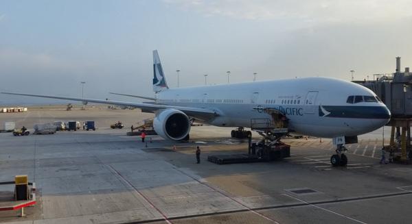 Cathay B777-300ER loading cargo