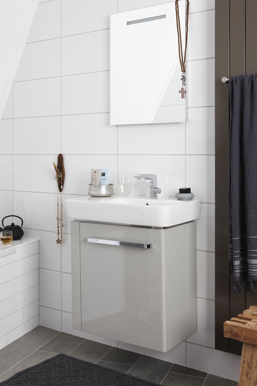 Een ondiep meubel bespaart ruimte in de badkamer. Met een hoog ...