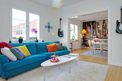 Hermosa Sala Blanca con Sofá Azul con Comedor Blanco | Cómo arreglar ...
