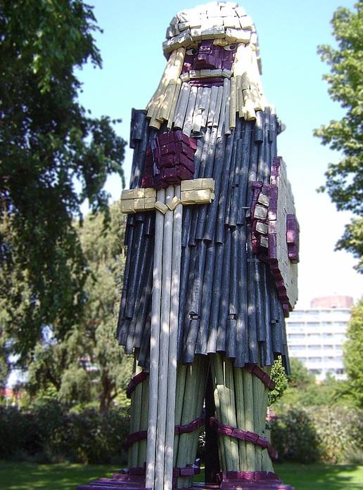 Björn Järnsida - Calle Örnemark En tolv meter hög skulptur som har stått i Nederländerna sen 1978.