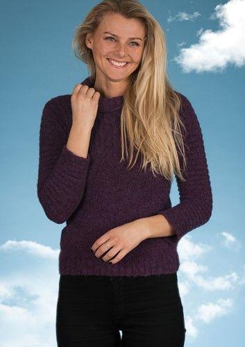 51701b364d1 Simpel og elegant sweater strikket i ret og vrang. Gratis strikkeopskrift  lige til at hente