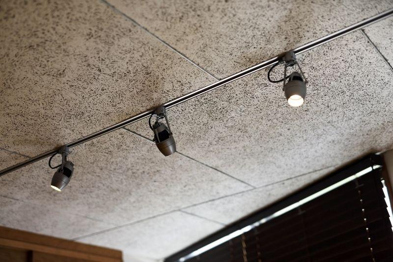大人のリノベーション お子様が独立されご夫婦二人の暮らしを楽しむための 上質な空間作り 趣味の部屋の天井 木毛セメント板にアルミをあわせて 天井 セメント デザイン