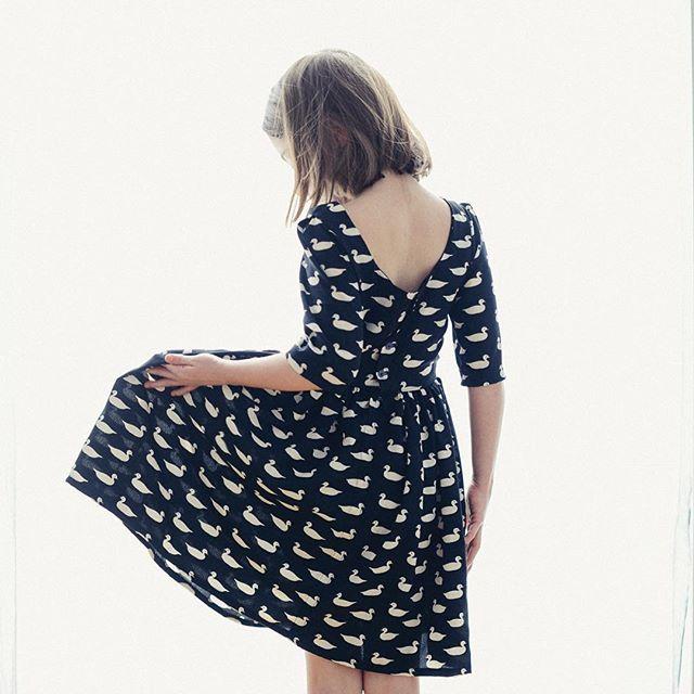 Coudre une robe qui tourne. Suivez mon instagram en cliquant sur l'image. Follow me on Instagram ! Vanessa Pouzet #couture #robequitourne #decolletedos #robe #sewing #homemade #tissucanard #annakabazaar #viscose #vacances #spring