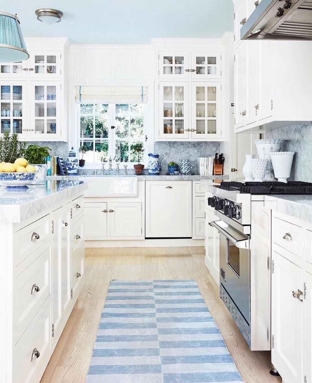 I Love The Blue And White Accessories Such Beautiful Casual Elegance In This Kitchen Country Farmhouse Hamptons Designs
