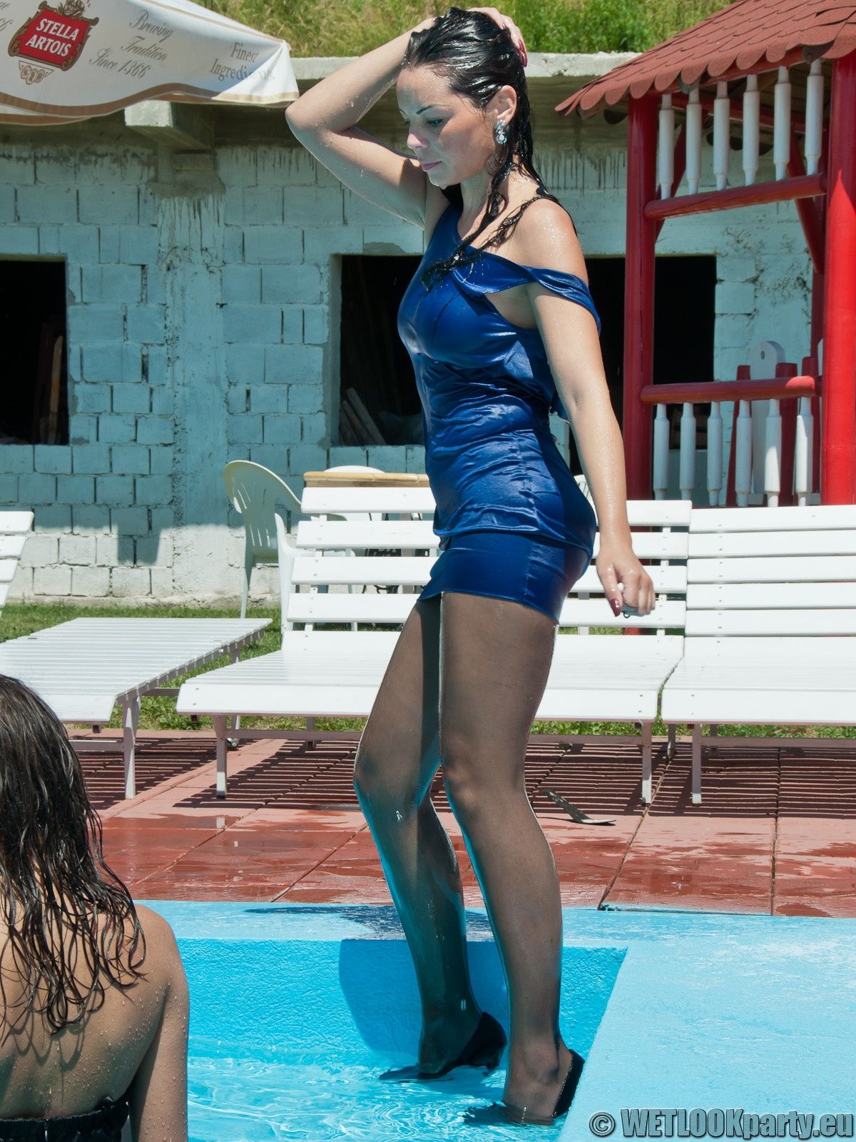 знаю девушка плавает в бассейне в капроновых колготках стонала удовольствия, когда