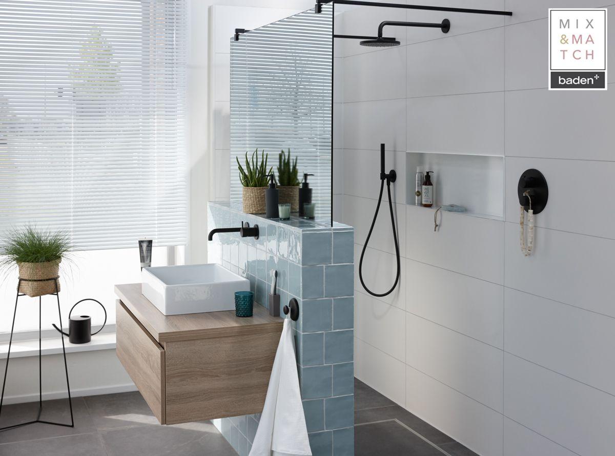 In deze moderne badkamer vind je koelte en warmte in één. het houten