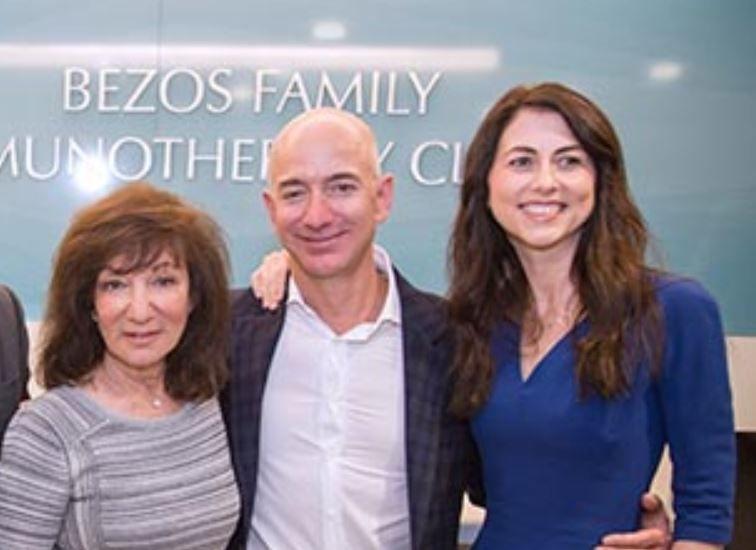 Amazon.comの創業者、ジェフ・ベゾス氏が妻のマッケンジーさんとともに ...