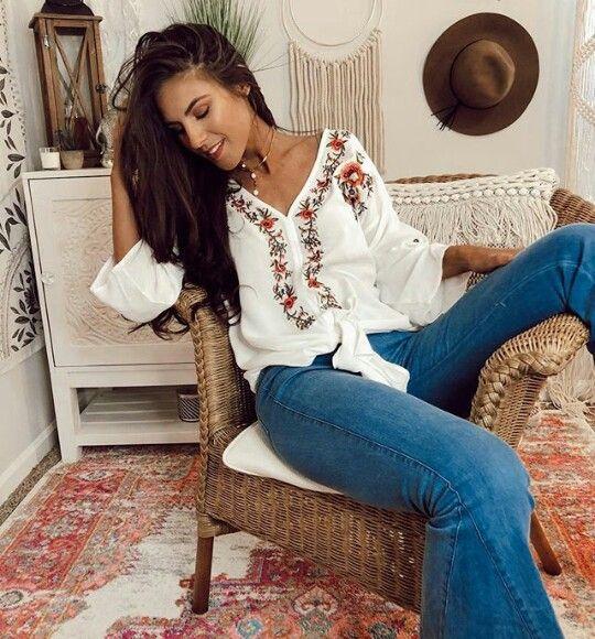 ca3401f4f Moda outfit Boho hippie - Blusa blanca con flores rojas y Jean Bota ...