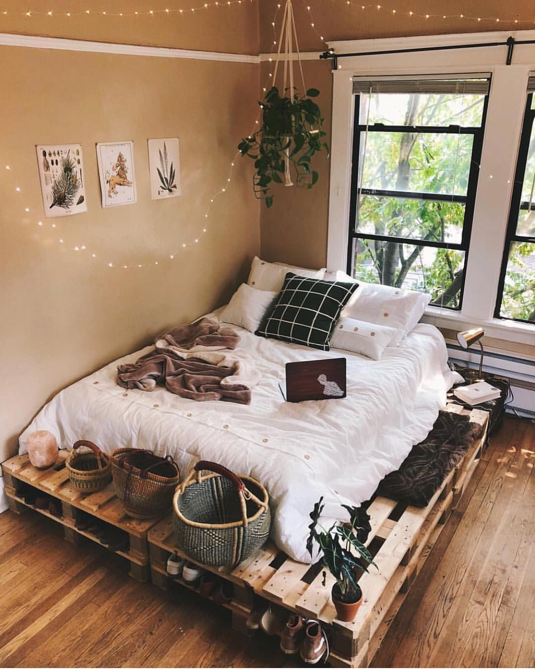 Use Some Old Pallets And Add Christmas Lights To Make Your Own Bed