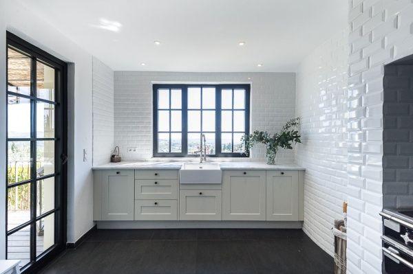 Moderne villa met zwarte aluminium ramen.