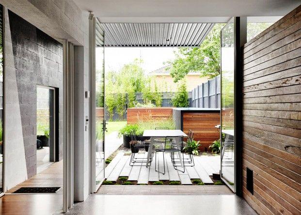 Modern droomhuis dat bestaat uit drie opgestapelde kubussen home