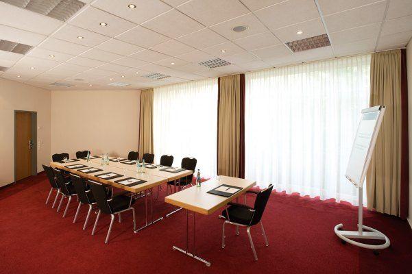 NH Berlin Potsdam - Rossberg    Dieser Veranstaltungsraum verfügt über Tageslicht und ist ausgestattet mit hochwertiger Tagungstechnik.  ISDN- und Wireless- Lan Zugang, Klimaanlage, verschiedene Licht- und Tondarstellungen für Präsentationen und Vorträge gewährleisten eine erfolgreiche Veranstaltung