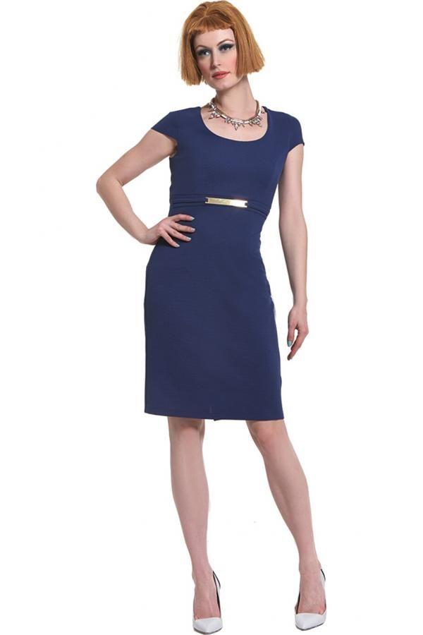 44a9d987e7f5 Φόρεμα σε πικέ ελαστικό σε ίσια γραμμή μέχρι το γόνατο με κοντά μανίκια και  αγκράφα εμπρός